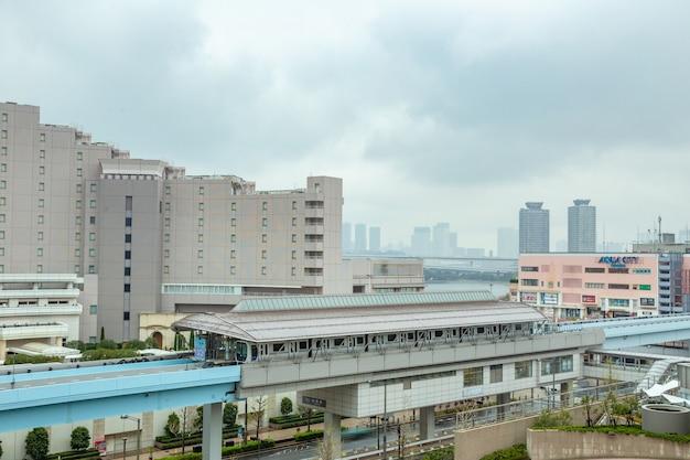 Odaiba-einschienenbahnzüge halten an einer station, um passagiere in odaiba, japan, zu senden und abzuholen