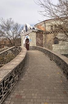 Odessa, ukraine 03.08.2020. altes historisches verlassenes sanatorium kuyalnik in odessa, ukraine, an einem frühlingstag