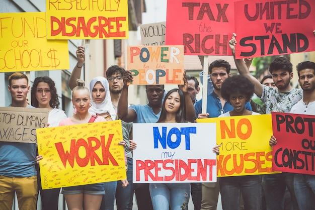 Öffentliche demonstration auf der straße gegen soziale probleme und menschenrechte. gruppe multiethnischer menschen, die öffentlich protestieren