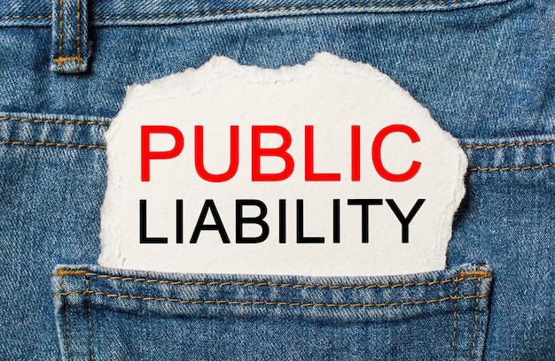 Öffentliche haftung auf zerrissenem papierhintergrund auf jeansgeschäfts- und finanzkonzept