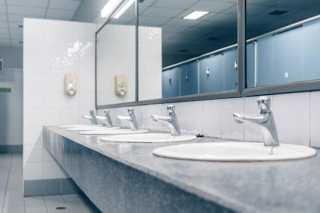 Öffentliche toilette und badezimmerinnenraum mit waschbecken und toilettenraum