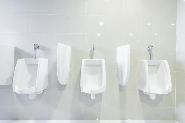 Öffentliche toilettenurinale standen in einer reihe