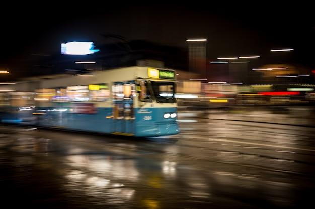 Öffentliche verkehrsmittel der stadt bei nacht