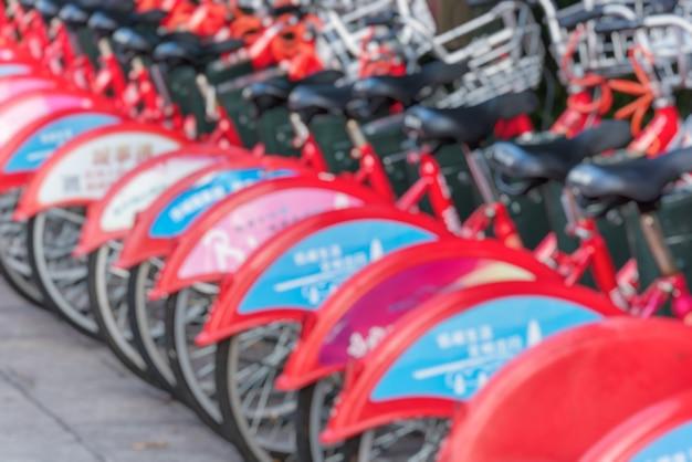 Öffentliche verleih fahrräder in einer linie