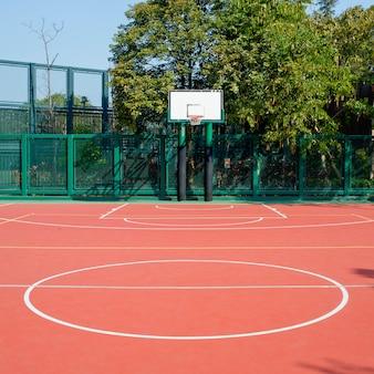 Öffentlicher basketballplatz im freien
