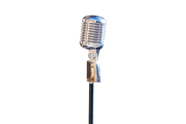 Öffentliches reden mit dem publikum sprechen meisterklasse vintage silbermikrofon isoliert