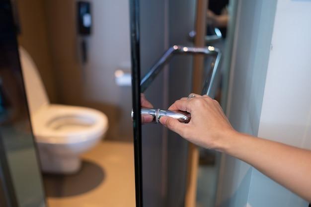 Öffne die badezimmertür, geh zur toilette