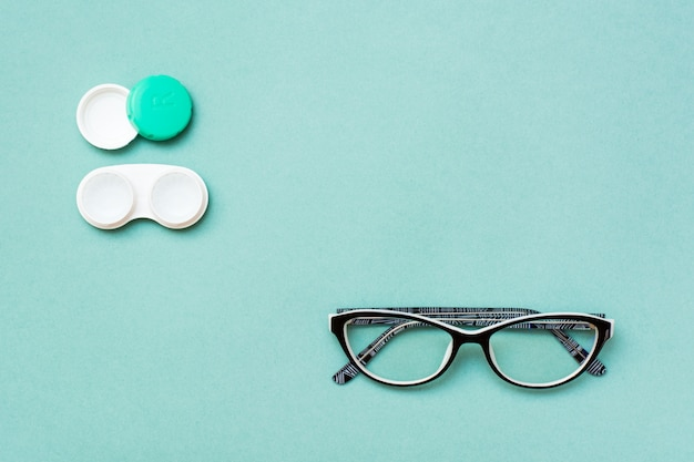 Öffnen sie behälter mit grünem hintergrund der linsen und der gläser