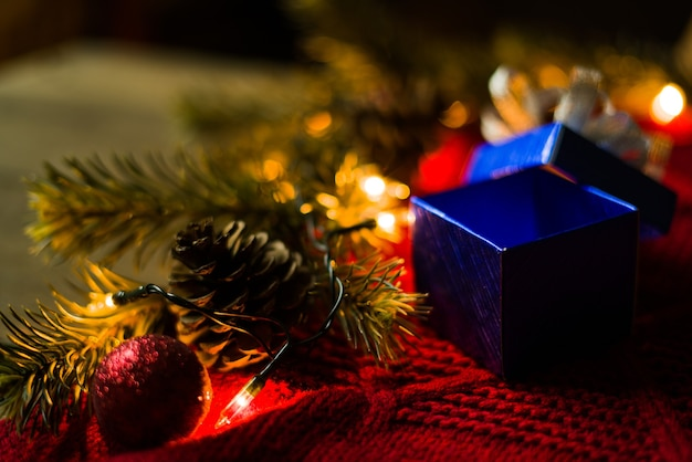 Öffnen sie blaues weihnachtsgeschenk mit dekorationen