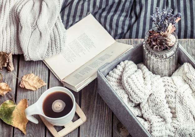 Öffnen sie das buch und die schachtel mit dem pullover und einer tasse kaffee
