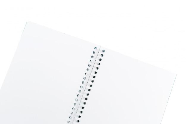 Öffnen sie das leere notizbuch, das auf weißem hintergrund lokalisiert wird