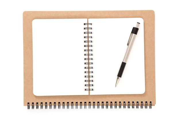 Öffnen sie das notizbuch aus recyceltem ringbuch mit einem stift