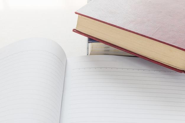 Öffnen sie das notizbuch mit einer leeren seite