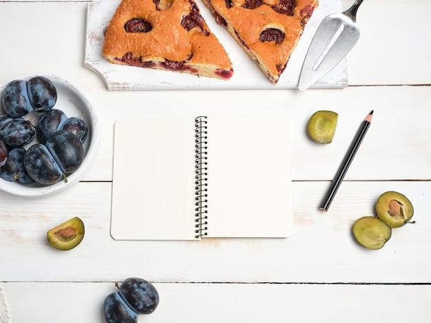 Öffnen sie das notizbuch mit leeren weißen seiten