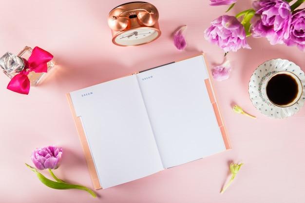 Öffnen sie das notizbuch, um träume und ideen mit blumen in der nähe zu schreiben
