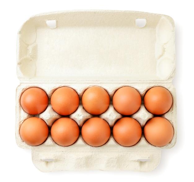 Öffnen sie den behälter mit hühnereiern auf einem weißen