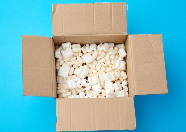 Öffnen sie den braunen karton mit weißer schaumfüllung für den warentransport