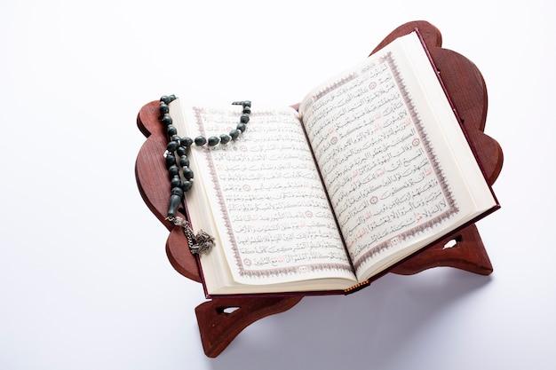 Öffnen sie den koran auf dem support, um ihn anzuzeigen