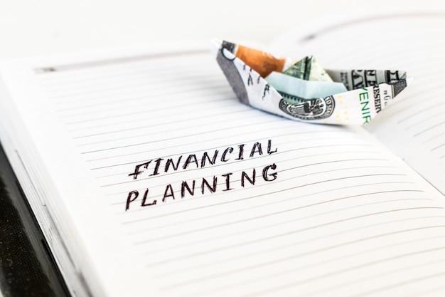Öffnen sie den notizblock mit dem handschriftentext finanzplanung