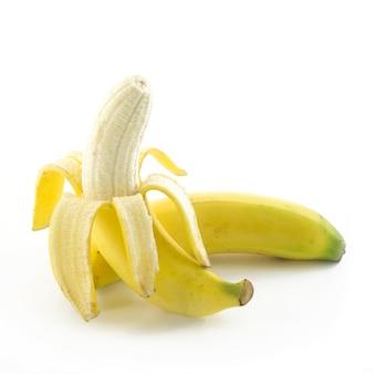 Öffnen sie die banane, die auf weißem hintergrund lokalisiert wird