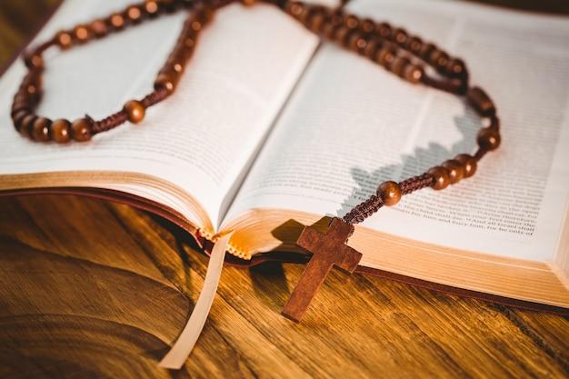 Öffnen sie die bibel mit rosenkranz