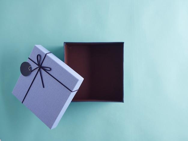 Öffnen sie die blaue weihnachtsgeschenkbox.