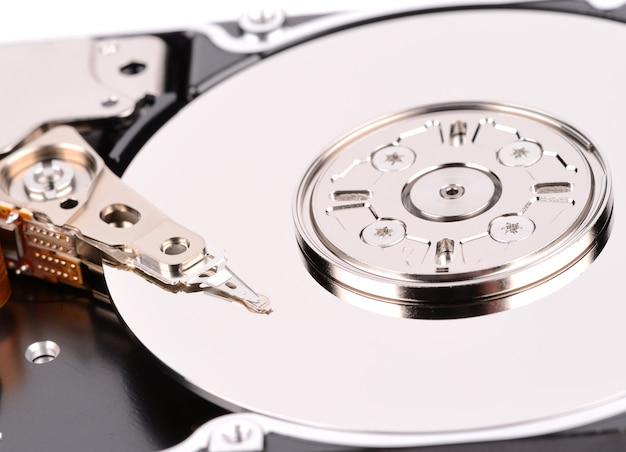 Öffnen sie die computerfestplatte auf weiß