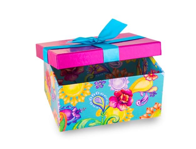 Öffnen sie die geschenkbox, die auf weiß lokalisiert wird