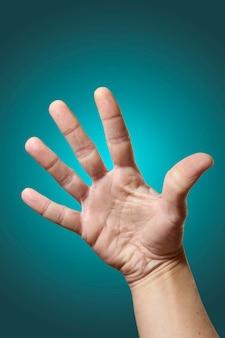Öffnen sie die hand, die auf steigungsblauhintergrund lokalisiert wird