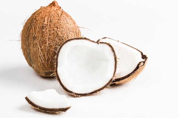 Öffnen sie die kokosnuss auf einem weißen raum