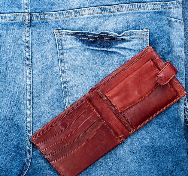 Öffnen sie die leere braune lederbrieftasche