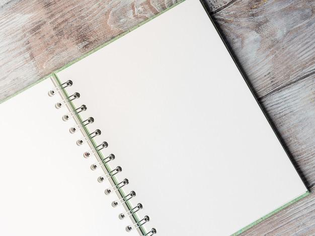 Öffnen sie die leere notizbuchseite, um sie mit text zu füllen