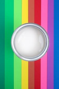 Öffnen sie farbemail-dosen auf farbpalettenmustern. das konzept der reparatur, konstruktion.