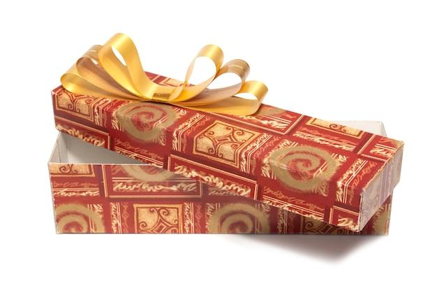 Öffnen sie geschenkbox lokalisiert auf weißem hintergrund