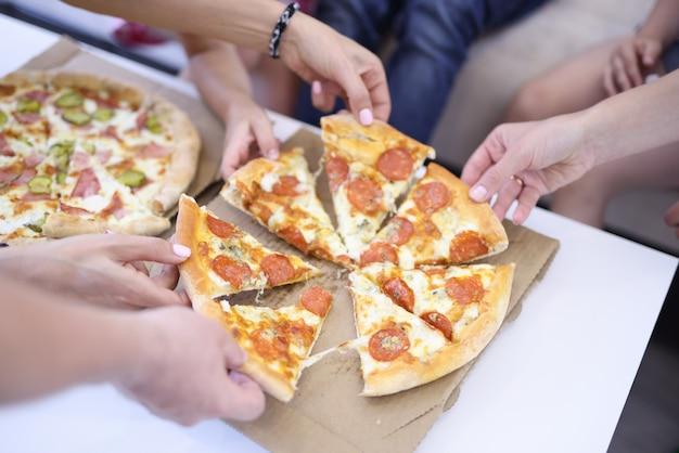 Öffnen sie kisten mit pizza auf einem tisch