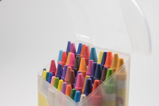 Öffnen sie kunststoff-box bunt von wachsmalstift
