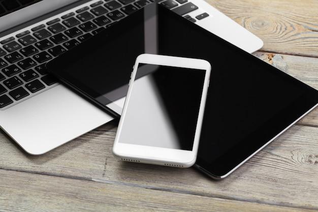 Öffnen sie laptop mit nahem hohem des digitalen tablets und des smartphone