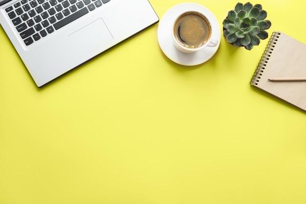 Öffnen sie laptop, planung und tasse kaffee. draufsicht mit exemplar. arbeitsprozess.