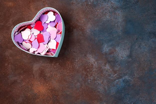 Öffnen sie leere geschenkbox mit einer herzform auf steinhintergrund, flache lage.