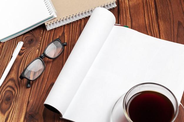 Öffnen sie leere journalseiten für ihren designkopienraum auf hölzernem hintergrund