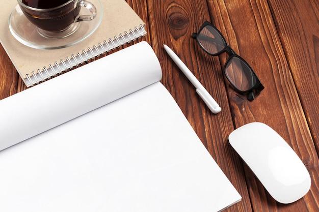 Öffnen sie leere journalseiten für ihren designkopienraum auf hölzernem