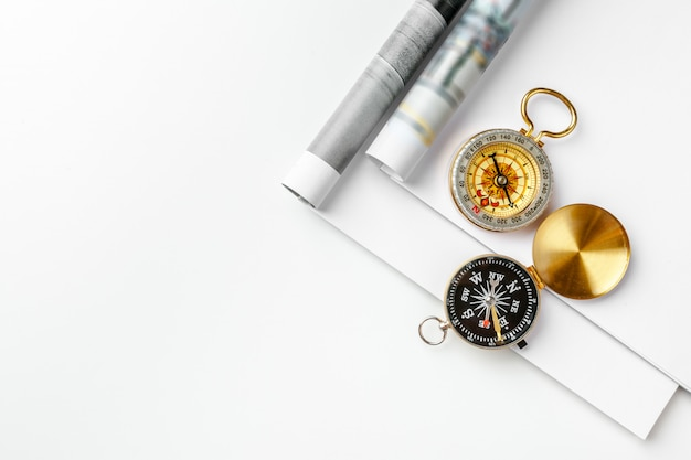 Öffnen sie leere zeitschriftenseite für kopienraum mit einem goldenen kompass auf weißer tabelle