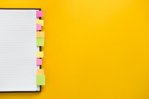 Öffnen sie leeres notizbuch mit bunten klebrigen bookmarks