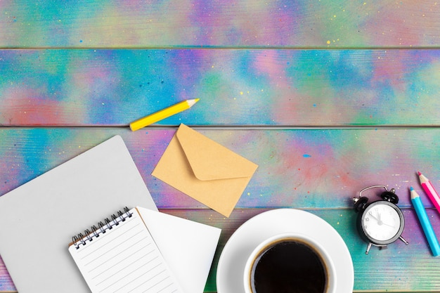 Öffnen sie mappennotizbuch mit kaffeetasse, draufsichthintergrund
