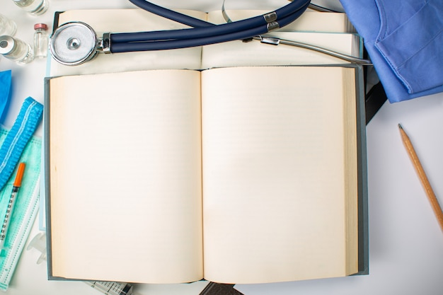 Öffnen sie medizinisches buch, um informationen zu lernen und die behandlung zu studieren. leere kopienraummedizin in der bibliothek.