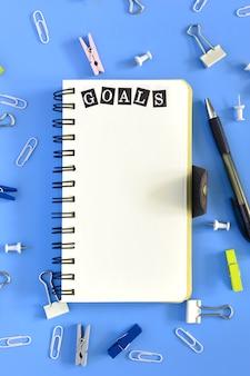 Öffnen sie notizbuch auf blau mit dem wort ziel.