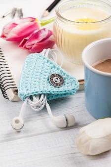 Öffnen sie notizbuch, kaffee, kerze, earpods und tulpe