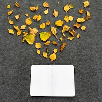 Öffnen sie notizbuch mit blättern der herbstinspiration