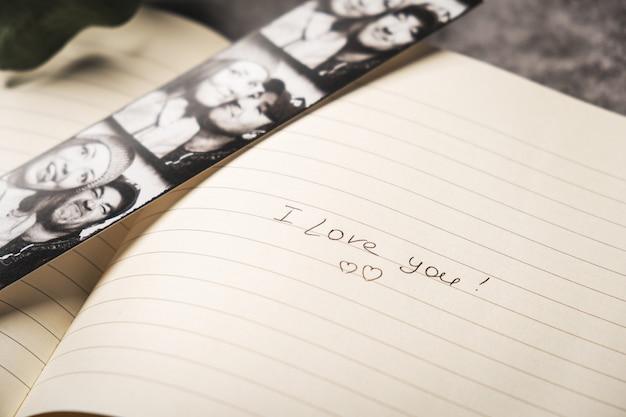Öffnen sie notizbuch mit fotos des glücklichen paars