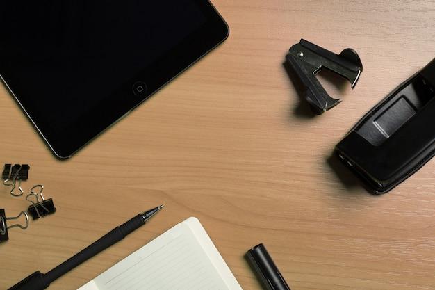 Öffnen sie notizbuch mit leerseiten und stift auf hölzernem schreibtisch